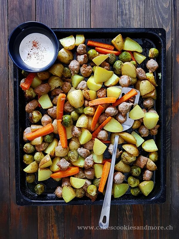 Kartoffel Wurst Blech mit Gemüse und Sauerrahm Sauce