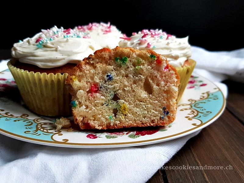 Konfetti Cupcakes mit Mascarpone Frosting