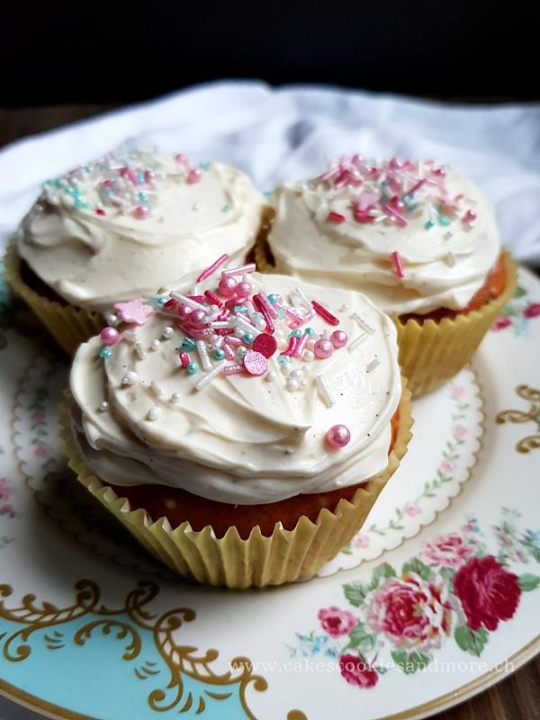 Konfetti Cupcakes - Cupcakes mit Sprinkles und Mascarpone Frosting