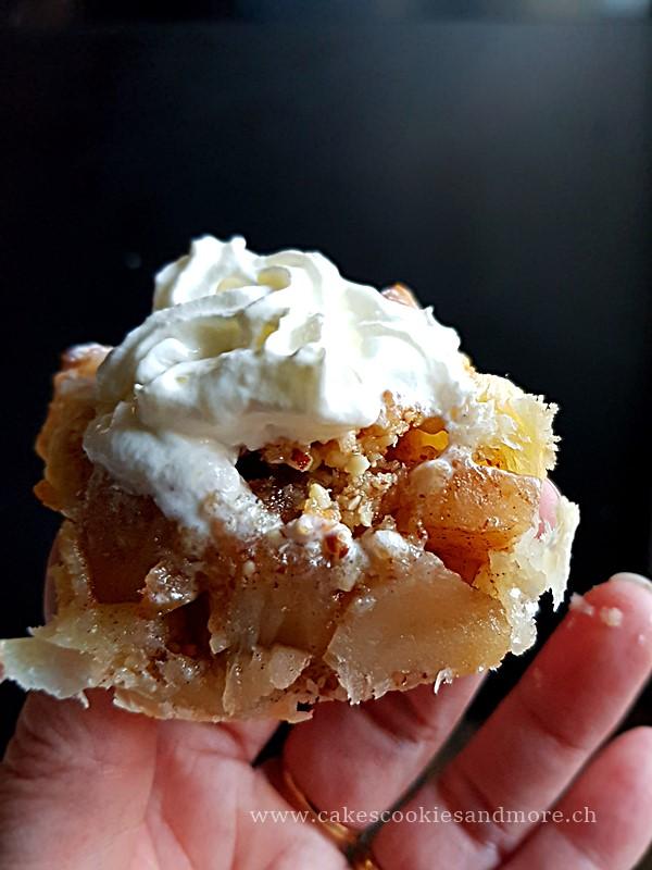 Apfelkuchenmuffins im Schnitt mit Sahne