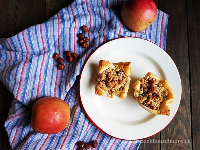 Apfelkuchen Muffins mit Äpfel, Haselnüssen und Streusel auf einem Teller