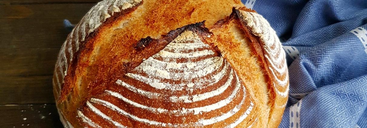 Frischgebackenes Brot auf Holzbrett