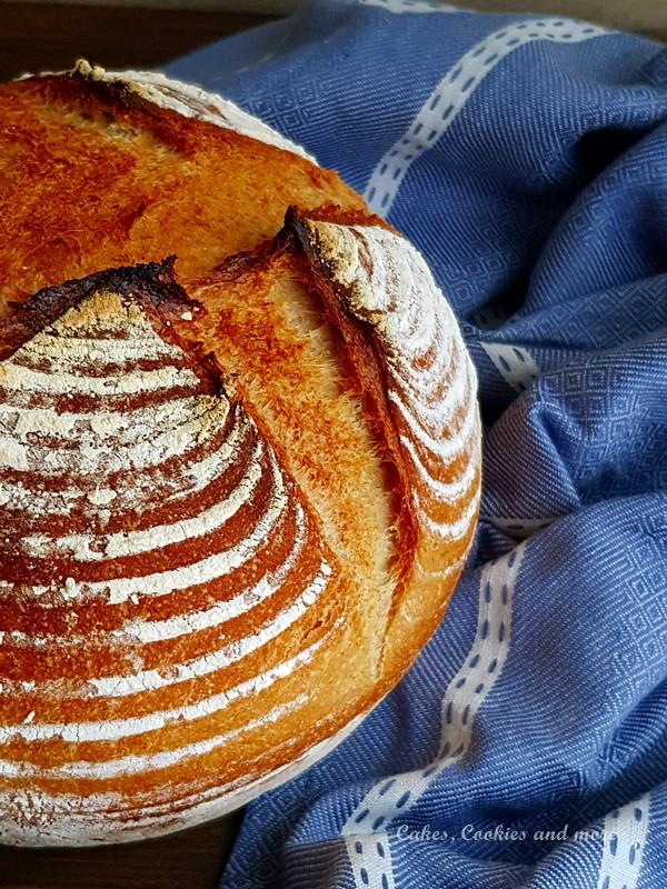Frisch gebackenes Brot auf einem Küchentuch
