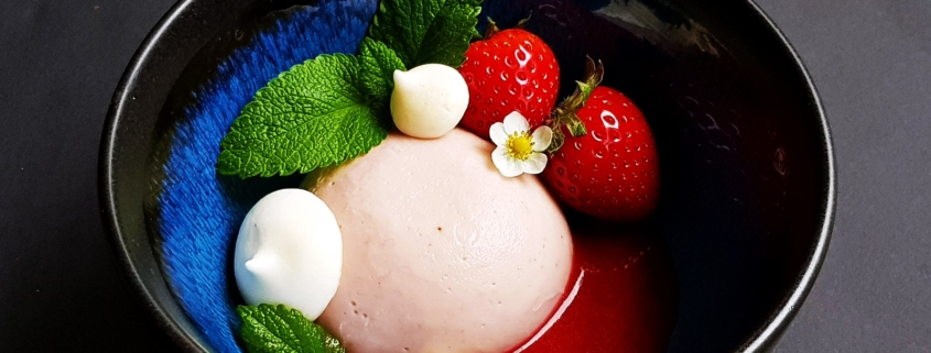 Erdbeerpudding mit Erdbeeren und Zitronenmelissen Meringues auf einem Erdbeerspiegel