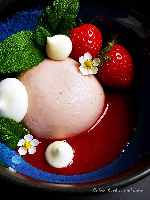 Erbeerpudding auf Erdbeerpüree mit Zitronenmelissen Meringues