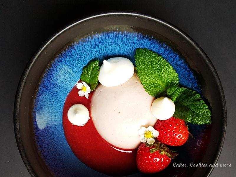 Erdbeerpudding auf Erbeerpüree mit Zitronenmelissen Meringues, Zitronenmelisse, Erdbeeren und Erdbeerblüten