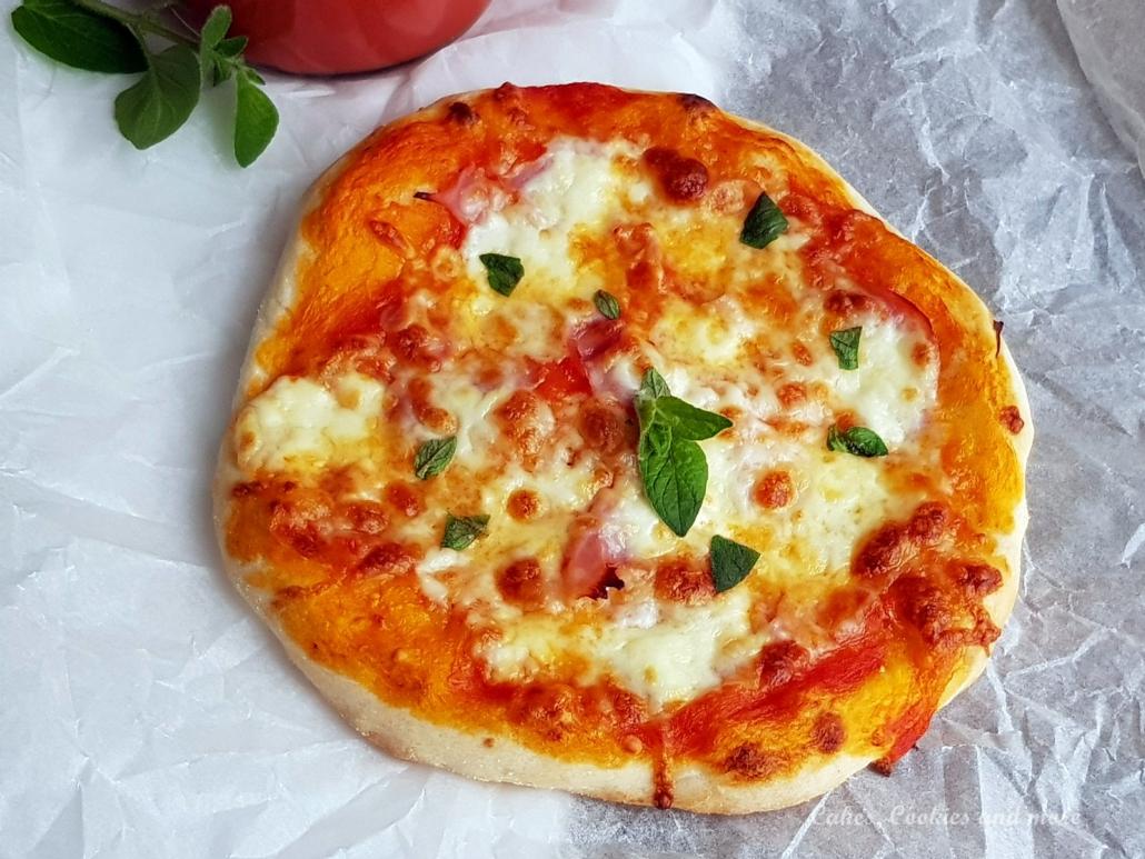 Selbstgemachte Pizza mit Tomatensauce