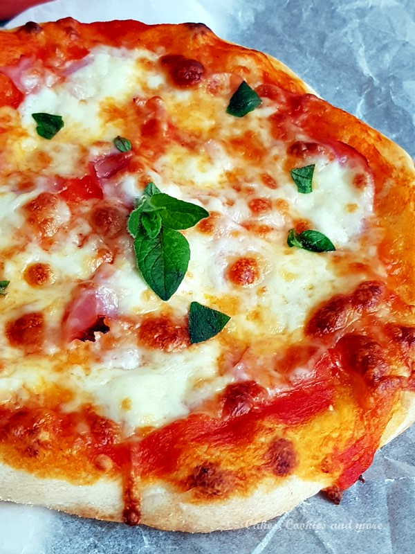 Pizza mit gebackener Tomatensauce