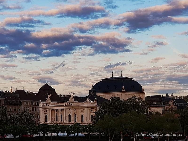 Opernhaus Zürich mit rosa Wolken