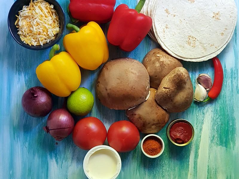 Zutaten für vegetarische Fajitas mit Pilzen und Peparoni. Das ganze Gericht wird im Backofen zubereitet.
