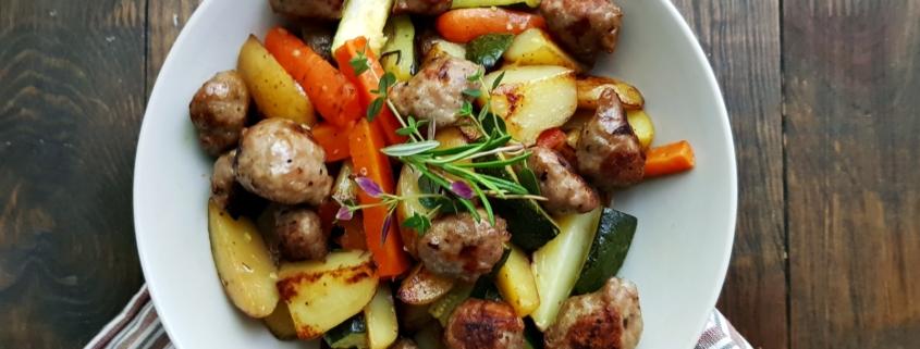 Blechgericht mit Gemüse, Kartoffeln und Wurst