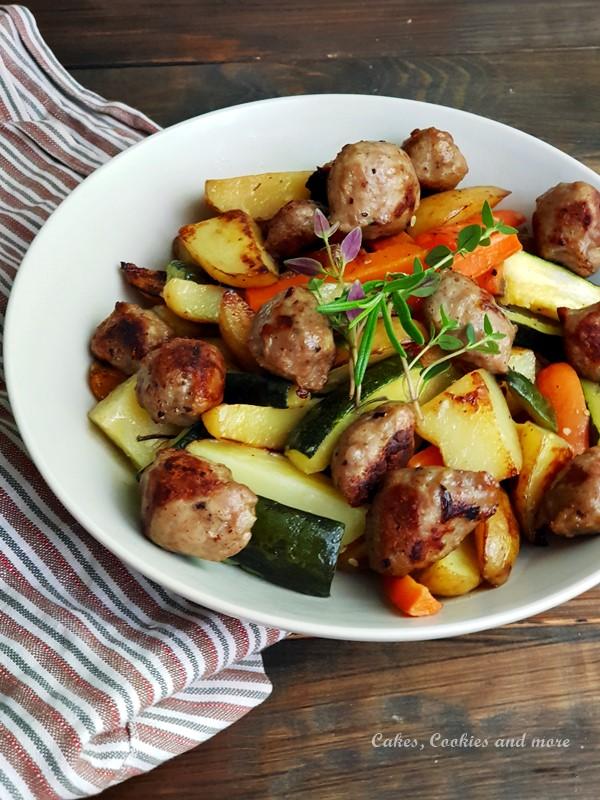 Blechgericht mit Zucchini, Kartoffeln, Karotten und Wurst