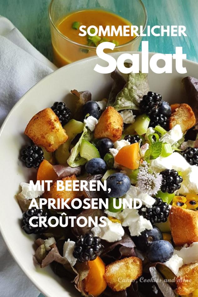 Sommerlicher Salat mit Heidelbeeren, Brombeeren, Knoblauch-Croûtons, Gurke und Eichblattsalat. Dazu gibt es eine Aprikosen-Salatsauce.