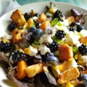 Sommerlicher Salat mit Brombeeren und Aprikosen