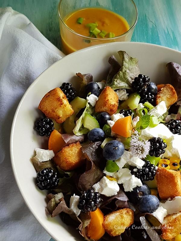 Sommerlicher Salat mit Brombeeren, Heidelbeeren, Aprikosen, Croûtons und Feta