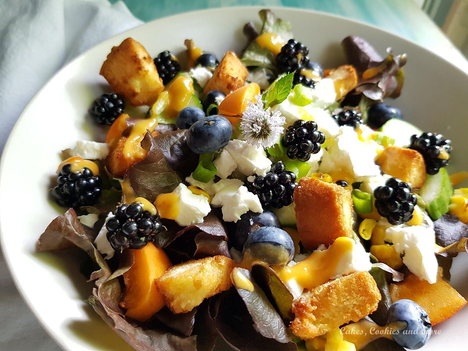 Sommerlicher Salat mit Brombeeren, Aprikosen und Croûtons