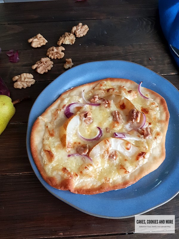 Rezept für herbstlichen Flamkuchen mit Birnen, Raclettekäse und Baumnüssen. Flamkuchen mit selbstgemachten Hefeteig.