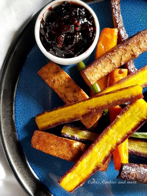 Rezept für herbstliches Ofengemüse mit Bohnen und Karotten. Dazu gibt es eine Zwetschgen-Holunder Chuntey mit Chili