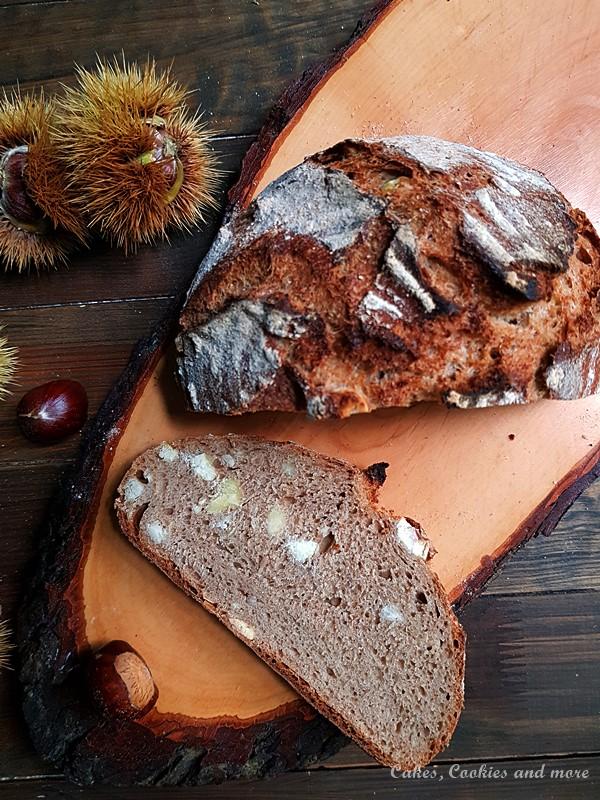 Selbstgemachtes Brot mit Marroni (Esskastanien), welches im Gusseisentopf gebacken wurde.