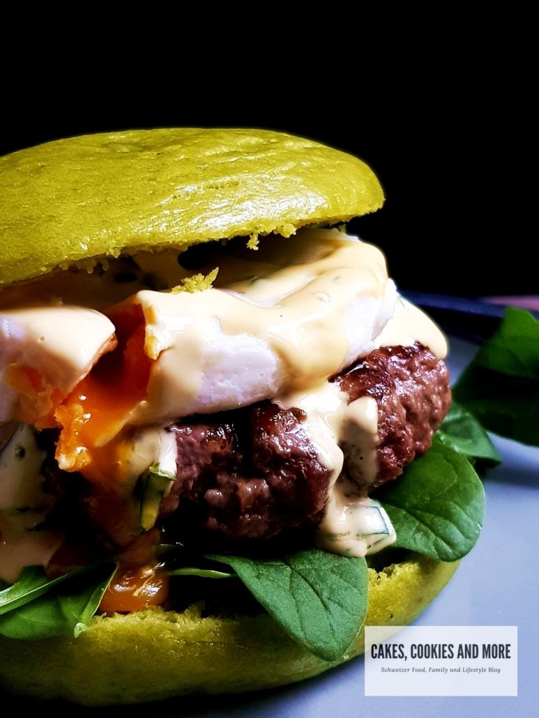 Eggs Florentine Burger mit Spinat Bao Buns und Bärlauch Hollandaise